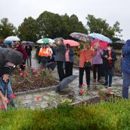 Přihlížející pod deštníky a s rýčem Zbyněk Coufal